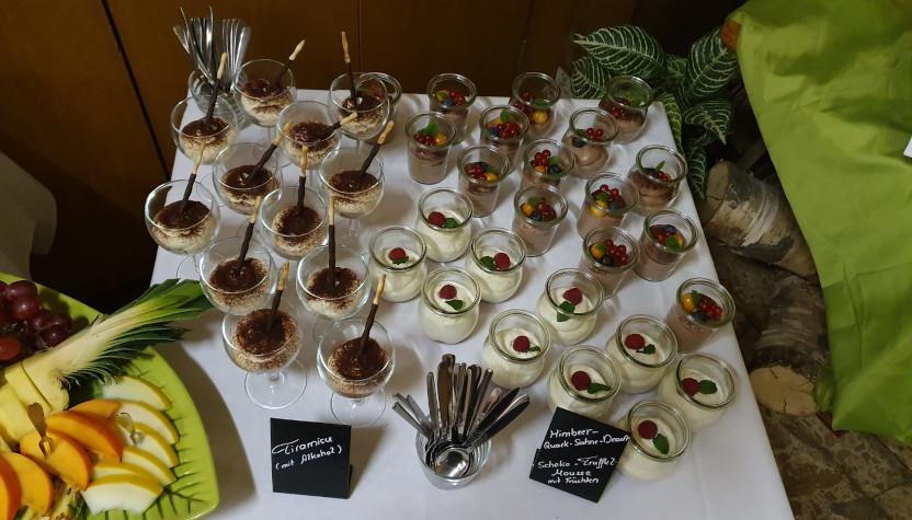 Tisch mit Dessertgläsern