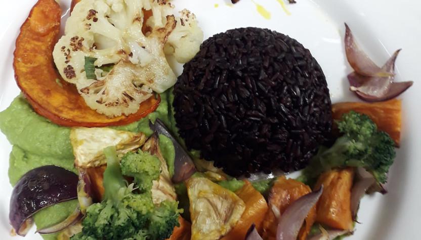 schwarzer Reis mit gebratenem Gemüse