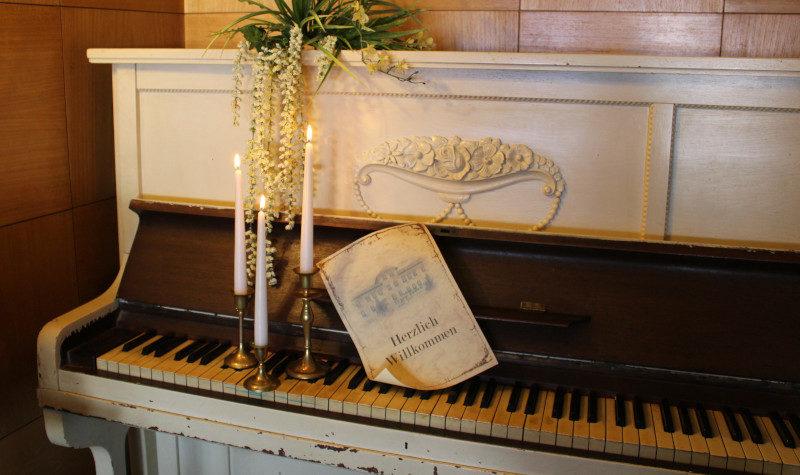 weißes Klavier mit Kerzen dekoriert